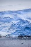 从水的南极冰山 免版税库存照片