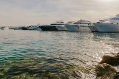 水的反射在小船的停住在小游艇船坞 免版税图库摄影