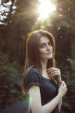 的可爱的深色的妇女太阳光芒  免版税库存图片