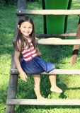 滑的台阶的女孩 免版税库存图片