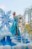 冻结的名望的埃尔莎在浮游物的在迪斯尼乐园游行 免版税库存图片