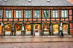 的咖啡店外部窗口和门面在圣诞节季节期间,人们休息并且交往 免版税库存图片