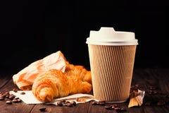 去的咖啡用新月形面包 免版税图库摄影