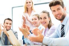 介绍的商人,拍手 免版税库存图片