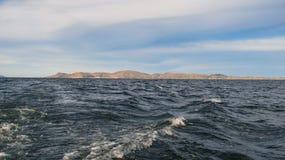 从的喀喀湖小船的一个看法在普诺 免版税库存图片
