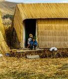 的喀喀湖, Uros孩子,竹海岛 免版税库存照片