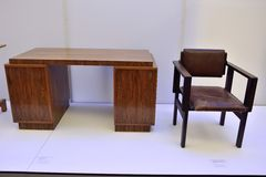 从从1922的埃里奇Dieckmann 1896-1944和鲍豪斯建筑学派椅子设计的1922的鲍豪斯建筑学派桌由马塞尔Breuer设计了 免版税库存照片