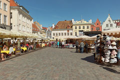 的城镇厅人们在塔林,爱沙尼亚摆正 库存照片