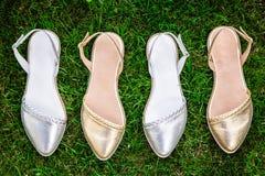 轻的夏天凉鞋女性本质上,给鞋子做广告 图库摄影