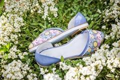 轻的夏天凉鞋女性本质上,给鞋子做广告 免版税图库摄影