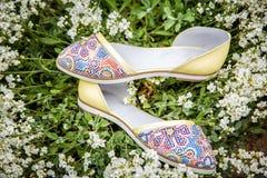 轻的夏天凉鞋女性本质上,给鞋子做广告 库存照片