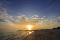 的多云天空海和海滩风景让某些人做他们的爱好在假日早晨 免版税库存照片