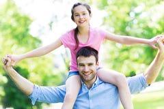 给他的女儿肩扛的父亲 免版税库存图片
