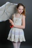 的女孩与阳伞的亚麻制sundress 免版税库存照片