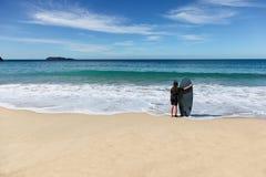 去的女孩冲浪 纳尔逊海湾澳大利亚 免版税库存图片