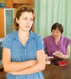 的女孩和有她的年长的母亲问题 免版税库存照片
