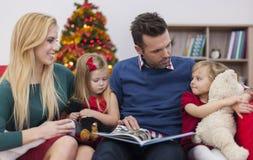 读他的女孩的父亲一本书 库存图片