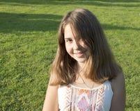 13年的女孩的画象。 库存图片