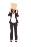 头的女实业家举的箱子 免版税库存图片