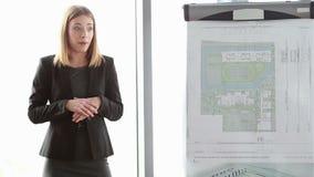 给介绍的女实业家同事在会议期间在办公室 股票视频