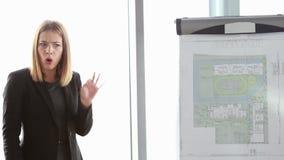 给介绍的女实业家同事在会议期间在办公室 影视素材