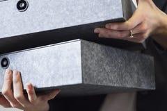 的女实业家拿着箱子文件的特写镜头观点 免版税库存照片