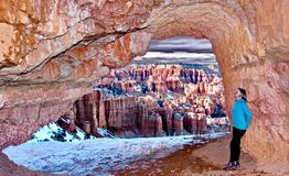 洞的妇女有布赖斯峡谷美丽的景色  图库摄影