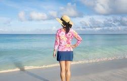 的妇女站立在一个加勒比海滩1的后面观点 图库摄影