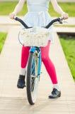 的妇女站立在一辆蓝色葡萄酒自行车的特写镜头观点 库存图片