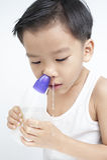 鼻的孩子由食盐水清洗 免版税库存图片