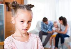 的家庭和分开站立嫉妒的女孩 免版税库存图片