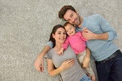 的家庭说谎在地毯地板上的Uppar观点 库存照片