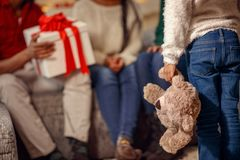 的小女孩拿着玩具熊的后面观点 免版税库存图片