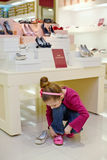 去的小女孩试穿新的鞋子 免版税库存照片