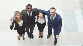 的小组画象一起站立愉快和不同的商人 他们在空气和欢呼跳跃 股票录像