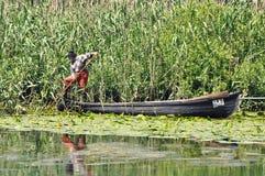 他的小船的老渔夫 免版税库存图片