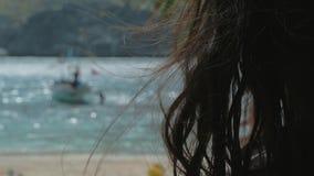 的少女放松在一个热带海滩的后面观点在好日子 概念自由,生活方式,旅游业,假日 股票录像