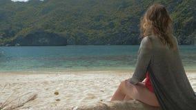 的少女放松在一个热带海滩的后面观点在好日子 概念自由,生活方式,旅游业,假日 股票视频