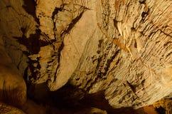 洞的屋顶在东方狐鲣的Mateus洞穴 免版税库存照片