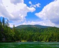从水的山风景 免版税库存图片