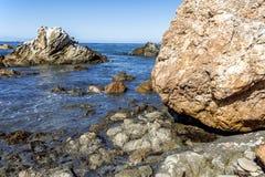 的岩石和低潮中异常的地质结构 免版税库存照片