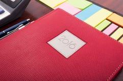 组织的工作场所特写镜头有一个组织者的在木书桌上 库存图片