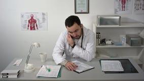 他的工作场所的医生和咨询由电话 股票录像