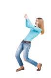 的常设女孩拉扯从上面的后面观点一条绳索或紧贴 库存照片