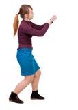 的常设女孩拉扯从上面的后面观点一条绳索或紧贴 图库摄影