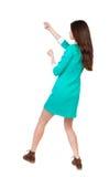 的常设妇女拉扯从上面的后面观点一条绳索或紧贴 库存图片