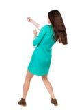 的常设妇女拉扯从上面的后面观点一条绳索或紧贴 免版税库存照片