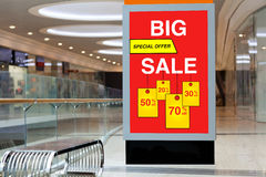 给的广告牌大折扣和销售做广告在大商店 库存图片