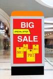 给的广告牌大折扣和销售做广告在大商店 免版税库存图片