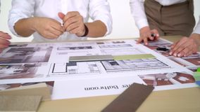 的建筑师队,审查的图纸,选择,谈话,改正 股票录像